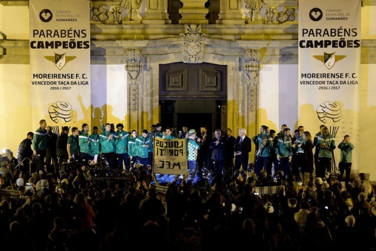 Moreirense recebido em Guimarães com euforia e pedidos de mais taças