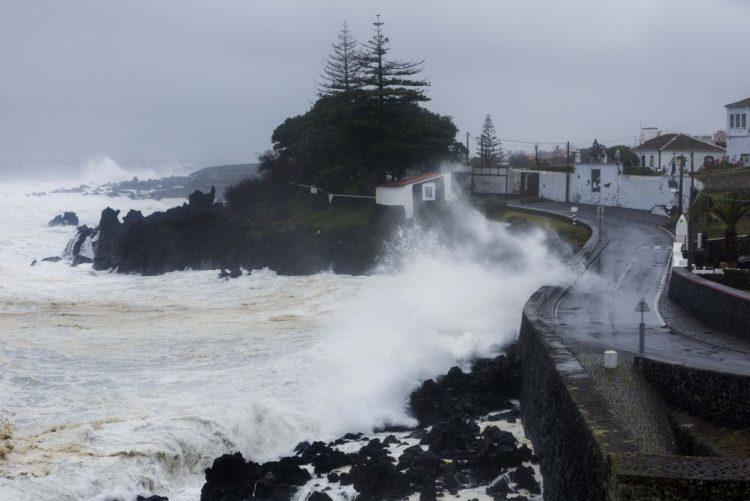 IPMA emite aviso vermelho para sete ilhas dos Açores devido à agitação marítima