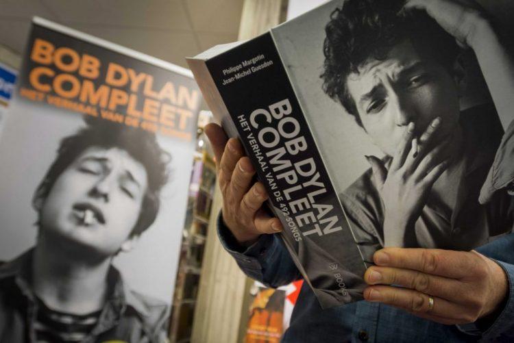 Bob Dylan honrado e espantado por receber Nobel da Literatura