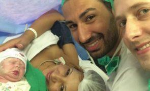 Avó dá à luz neto para dá-lo ao filho gay e lança discussão na Internet