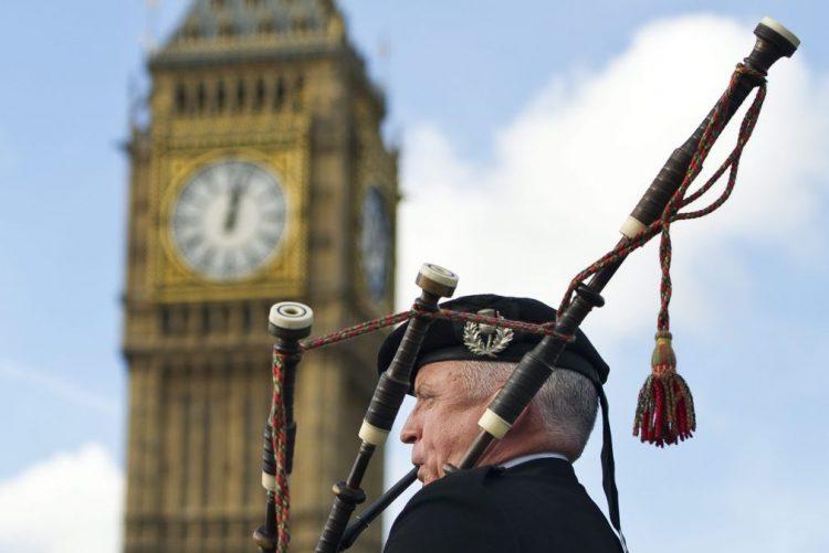Brexit: Deputados britânicos votam diploma que autoriza Governo a ativar saída da UE