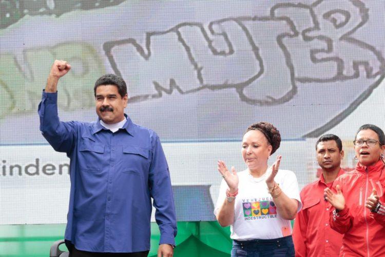 Presidente da Venezuela manda retirar de circulação notas de 100 bolívares para