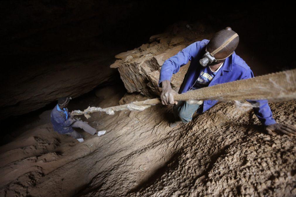 África do Sul: Falha elétrica deixa 950 mineiros bloqueados