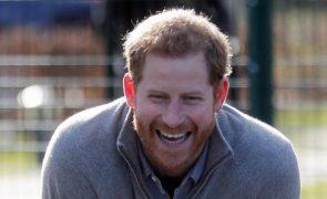 Príncipe Harry «Arregaça as mangas» e ajuda crianças em férias escolares