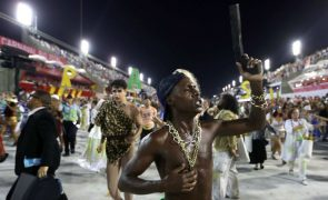 Protestos contra a violência no Rio voltam ao sambódromo com desfile de escolas