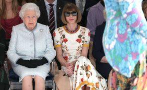 Aos 91 anos, Isabel II senta-se na primeira fila de desfile de moda