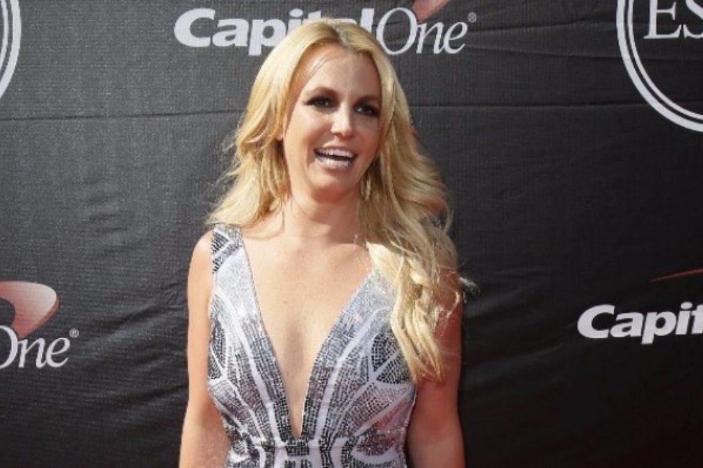Britney Spears descuida-se e mostra mamilo em pleno concerto
