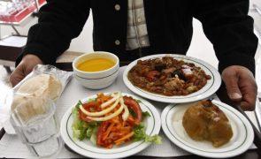 Alunos desperdiçam comida durante almoços escolares