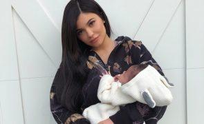 Kylie Jenner mostra a cara da bebé