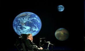 Stephen Hawking, um dos físicos mais brilhantes da história, morre aos 76 anos
