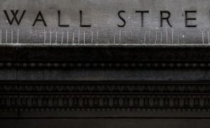 Wall Street fecha em alta ligeira graças a indicadores e acalmia na Casa Branca