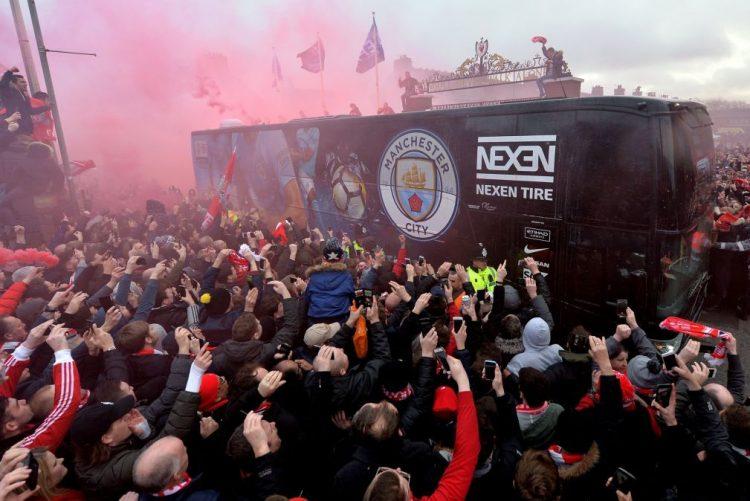 LC: Autocarro do Manchester City atingido com objetos na chegada a Anfield