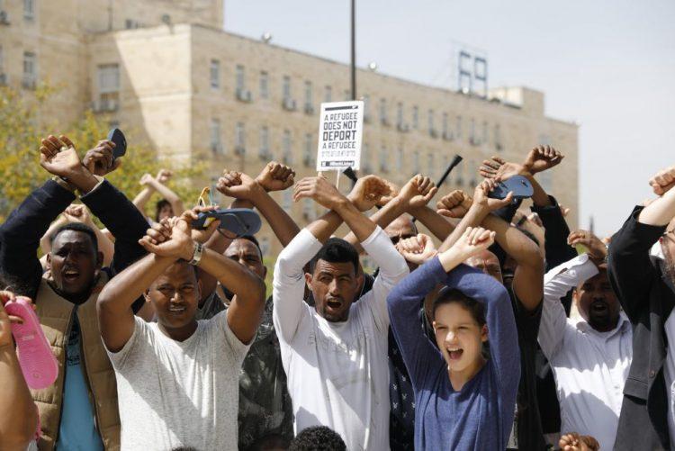 Centenas manifestam-se em Jerusalém contra anulação do acordo sobre migrantes