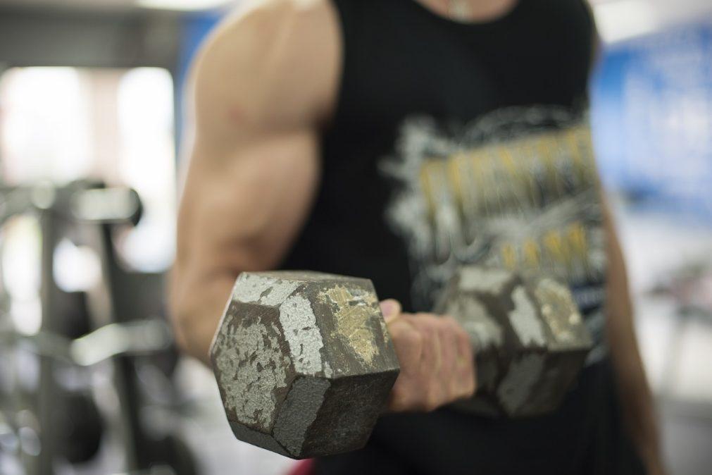 Por que devemos comer hidratos de carbono antes de treinos de musculação e proteína depois?