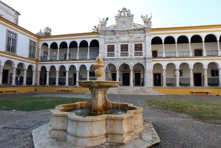 Universidade de Évora rejeita