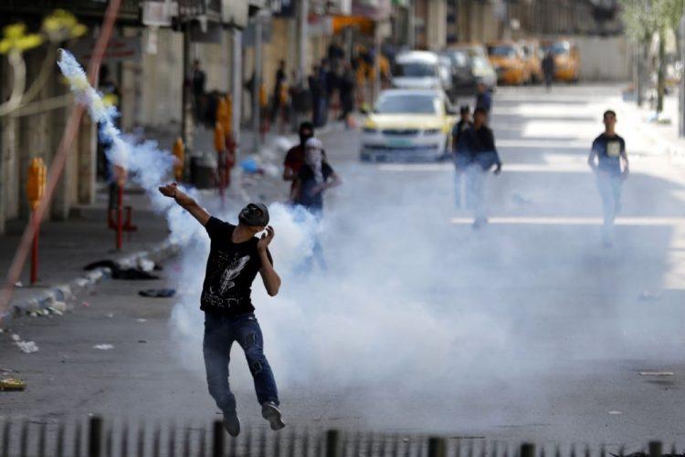Três palestinianos mortos e 250 feridos em novos confrontos na fronteira Gaza-Israel