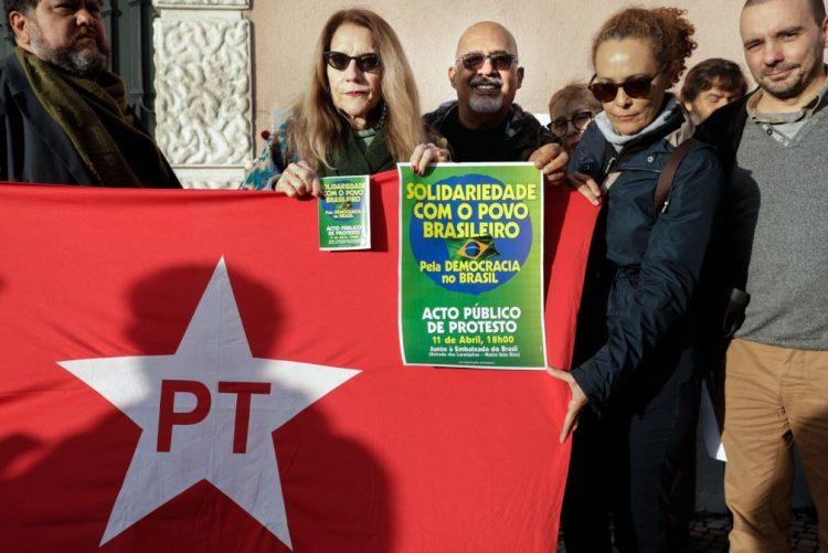 Dezenas de pessoas concentraram-se frente à embaixada em Lisboa