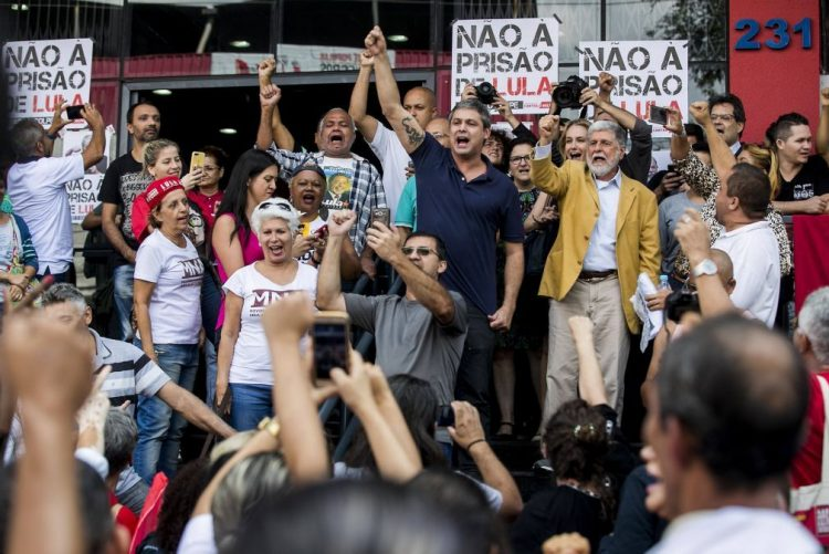 Partido dos Trabalhadores diz que Lula vai ficar no sindicato à espera de ser detido