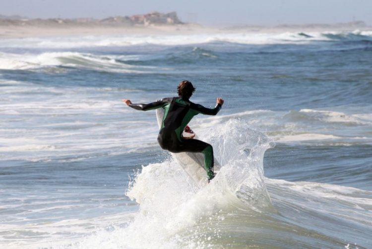 Falta de areia nas praias pode acabar com ensino de surf na Costa de Caparica