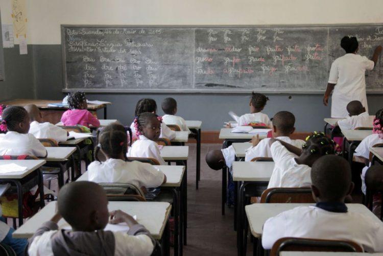 Professores angolanos começam hoje 15 dias de greve