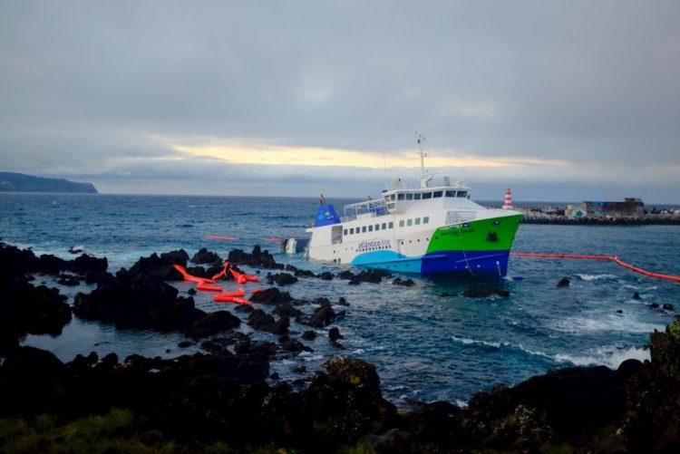 Navio encalhado nos Açores desde janeiro começou a ser removido