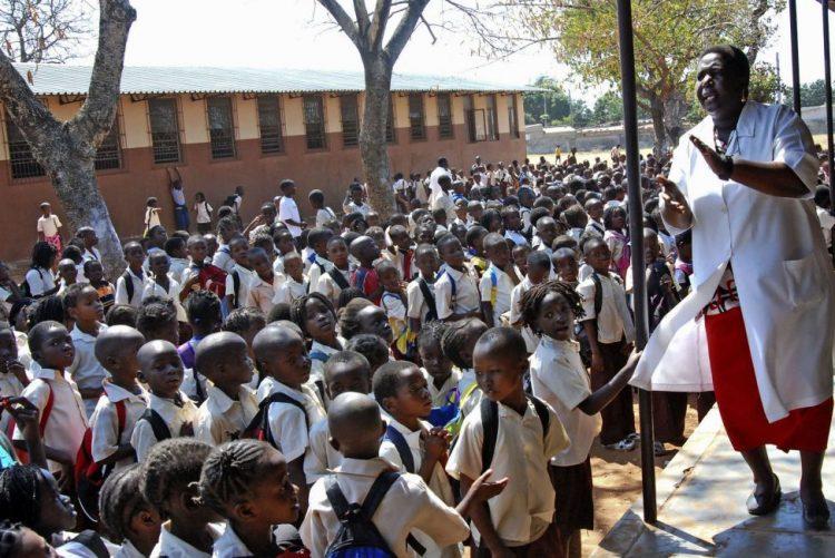 Quase 90% das crianças em Moçambique começam a estudar sem saber falar português - Governo
