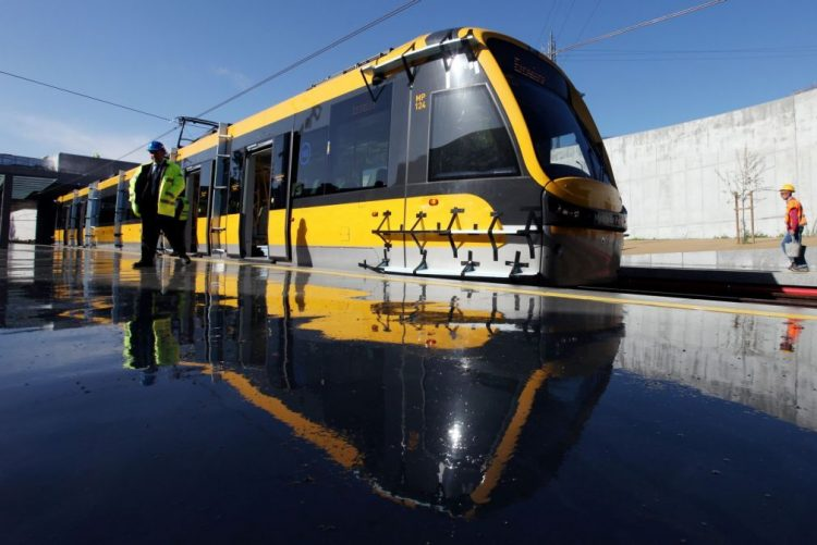 Metro choca contra autocarro em Almada. Incidente faz pelo menos três feridos