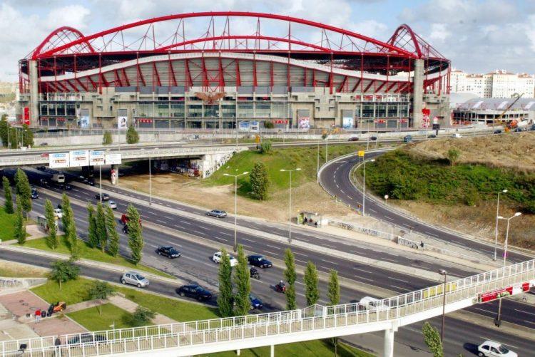 Lisboa: Carro capota perto do Colombo, em Benfica