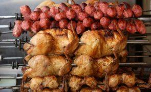 UE quer suspender exportações de carne de frango e Brasil ameaça recorrer à OMC