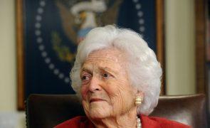 Morreu Barbara Bush, esposa e mãe de presidentes dos EUA