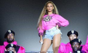 Beyoncé cai em palco durante atuação (vídeo)