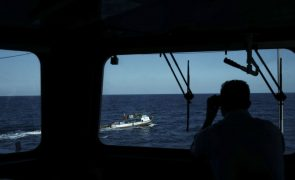Fragata da Marinha portuguesa resgata 138 migrantes ao largo de Lampedusa, Itália