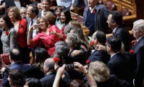 25 Abril: Deputados do PS cantam a