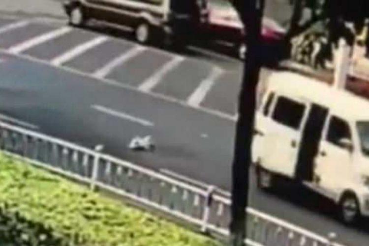 Bebé projetado de carrinha em movimento salvo no último segundo [vídeo]