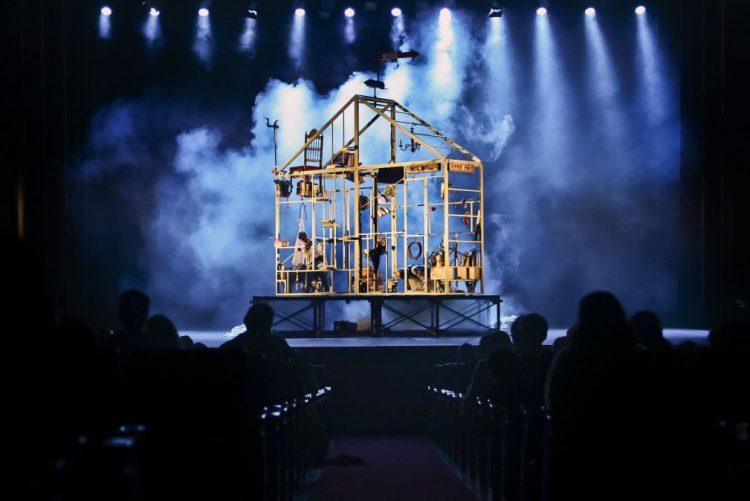 São Luiz acolhe uma máquina do tempo em forma de casa na peça