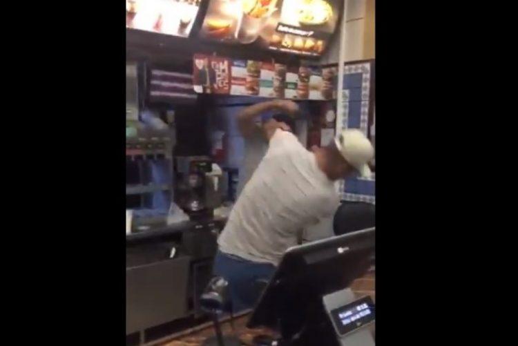 Funcionários do McDonalds trocam socos e clientes gravam conflito