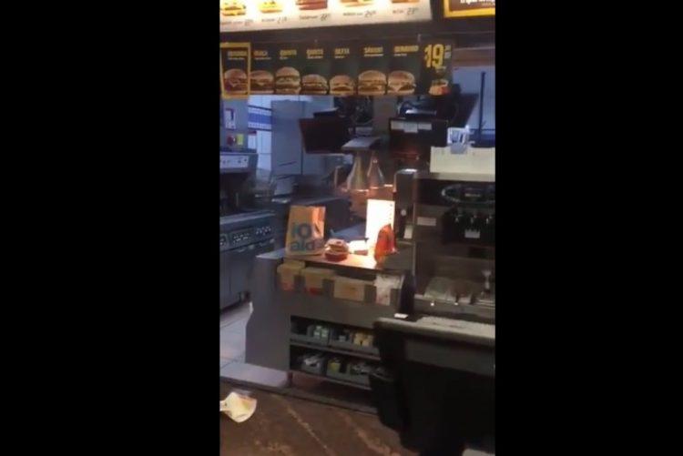 Funcionários do McDonald's trocam socos e clientes gravam conflito