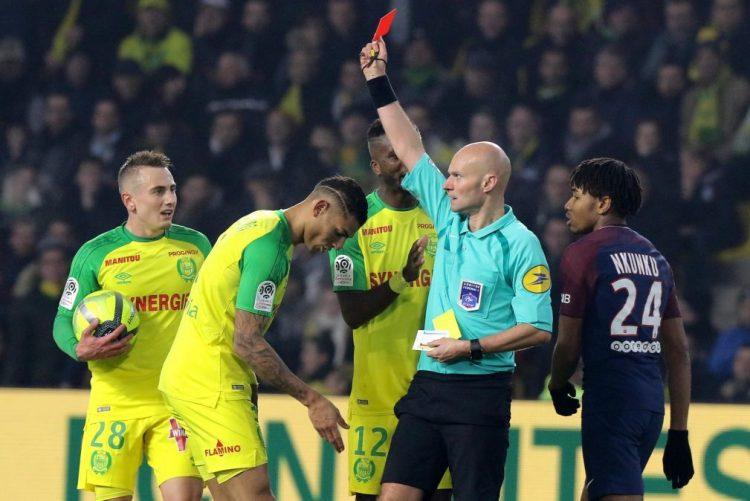 VÍDEO: Mesmo depois dos pontapés e castigado, Tony Chapron eleito o melhor árbitro de França
