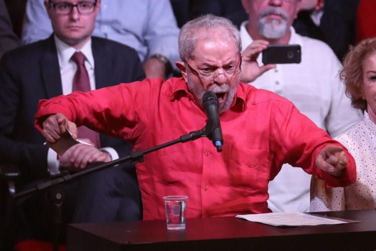 Ex-presidente brasileiro Lula da Silva acusado de corrupção e lavagem de dinheiro