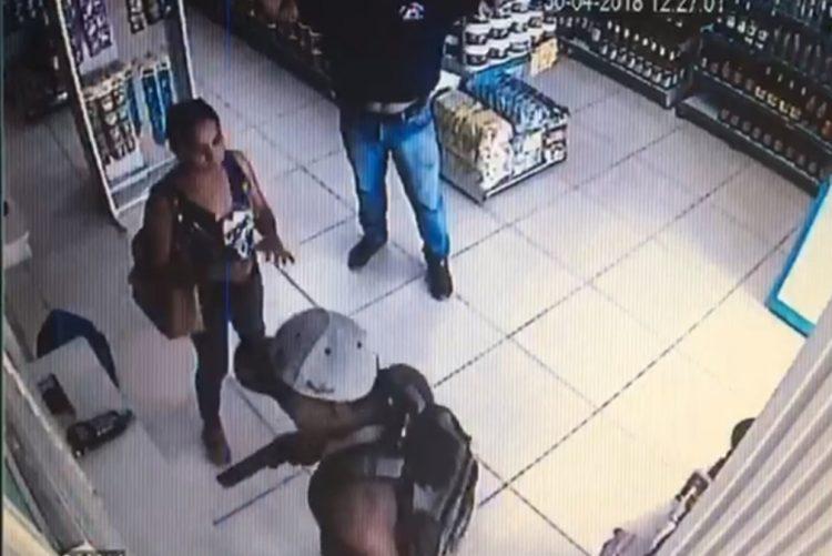 Assalto a loja de conveniência com armas de fogo apanhado por câmaras de vigilância [vídeo]