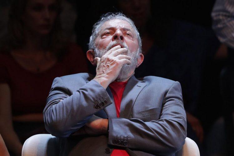 Lula anuncia que é