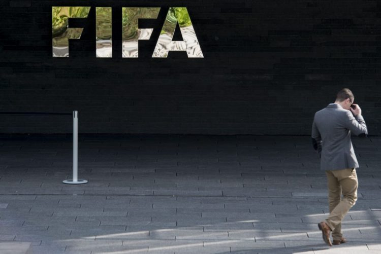 FIFA multa Rússia por cânticos racistas