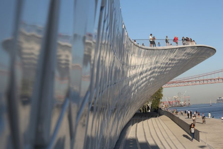 Homem cai ao Tejo junto ao MAAT em Lisboa