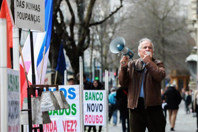 Lesados do BES em protesto no Porto avisam que vão estar no 22.º Congresso do PS