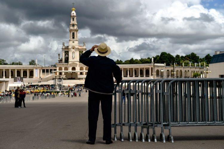 Parques a norte do Santuário de Fátima lotados e muitos peregrinos ainda a pé