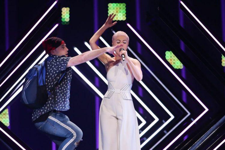 Atuações da final da Eurovisão marcadas por invasão de palco que levou a uma detenção