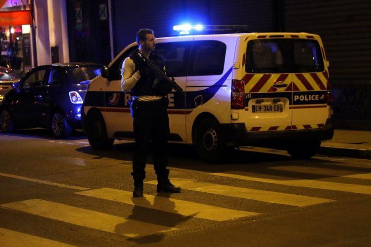 Homem armado com faca mata uma pessoa e fere quatro em Paris