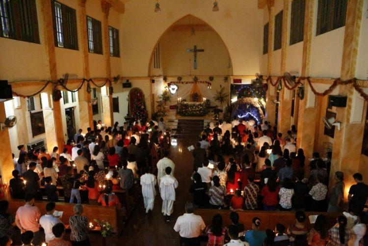 Três ataques a igrejas na Indonésia causam pelo menos dois mortos