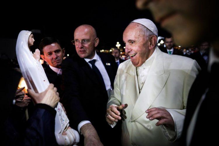 Papa associa-se à peregrinação ao Santuário de Fátima onde esteve há um ano