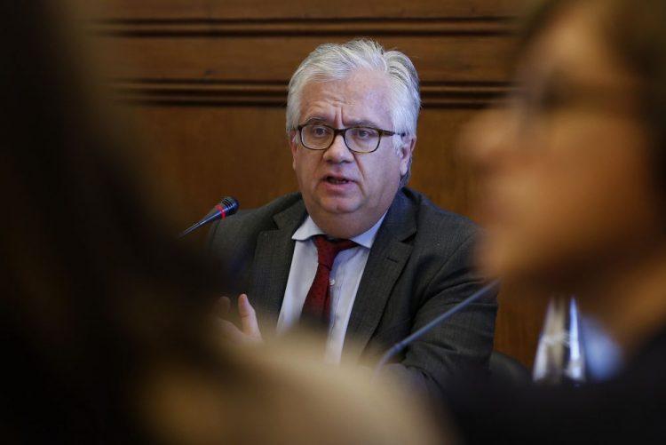 Portugal terá mais capacidade para renegociar dívida se respeitar compromissos europeus - Ministro